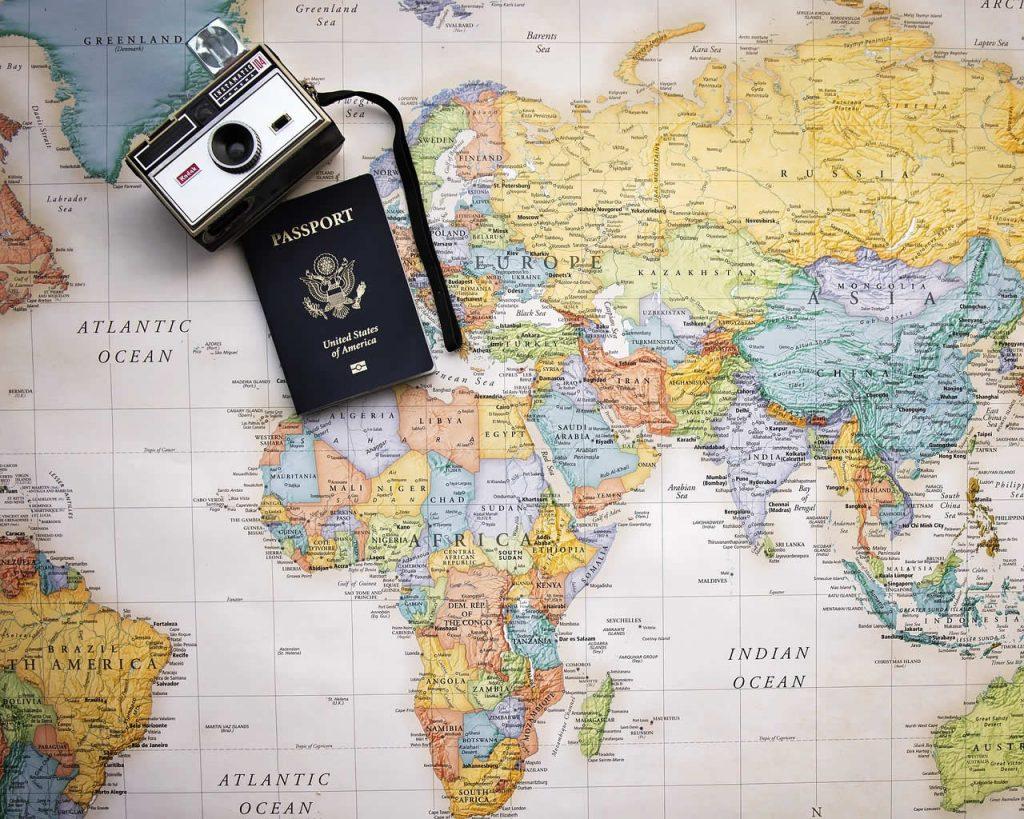 Préparation d'un voyage, un passeport et une carte du monde